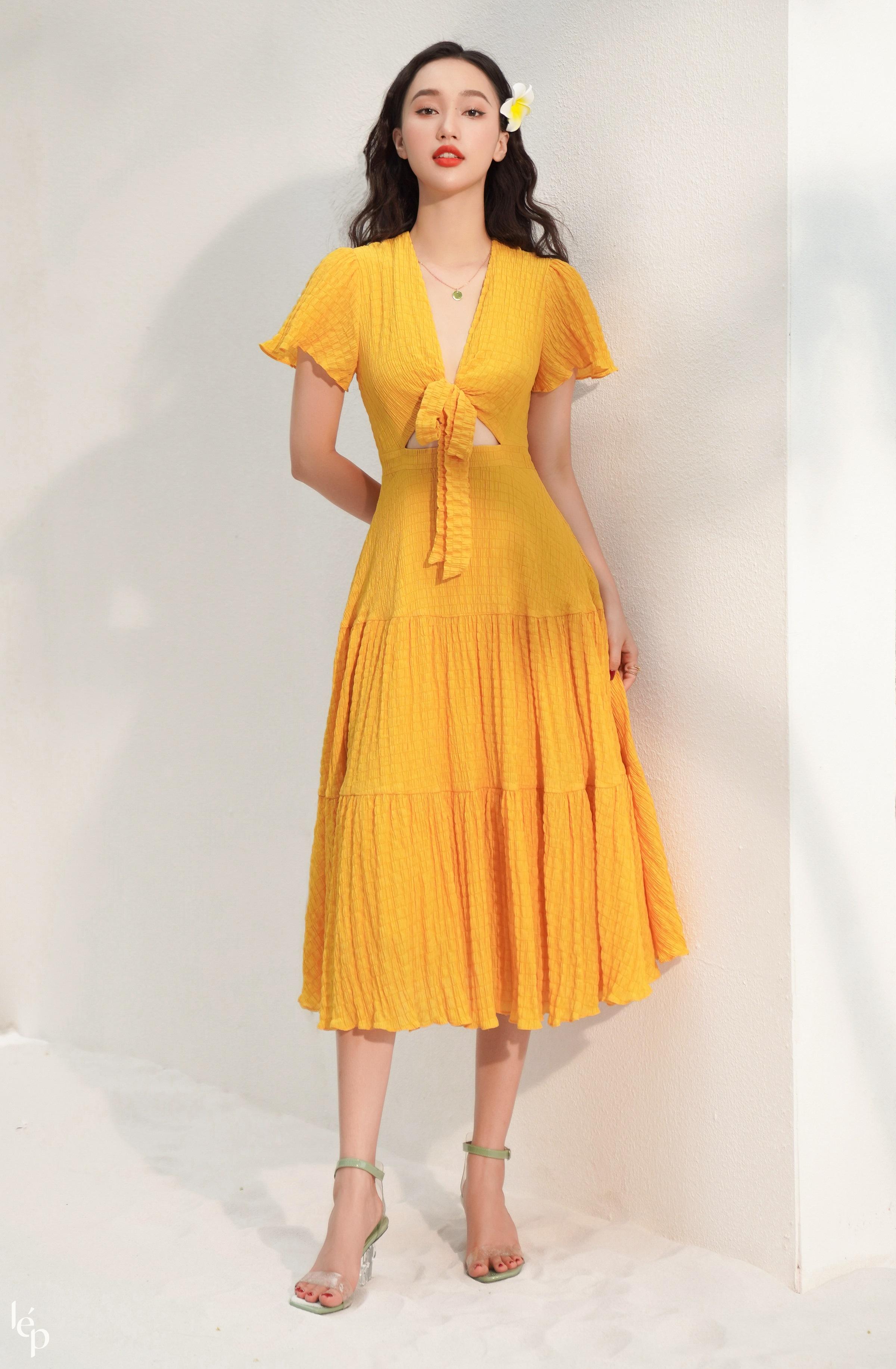 Váy vàng của Lep luôn được các quý cô ưu ái vì trẻ trung, mới mẻ.