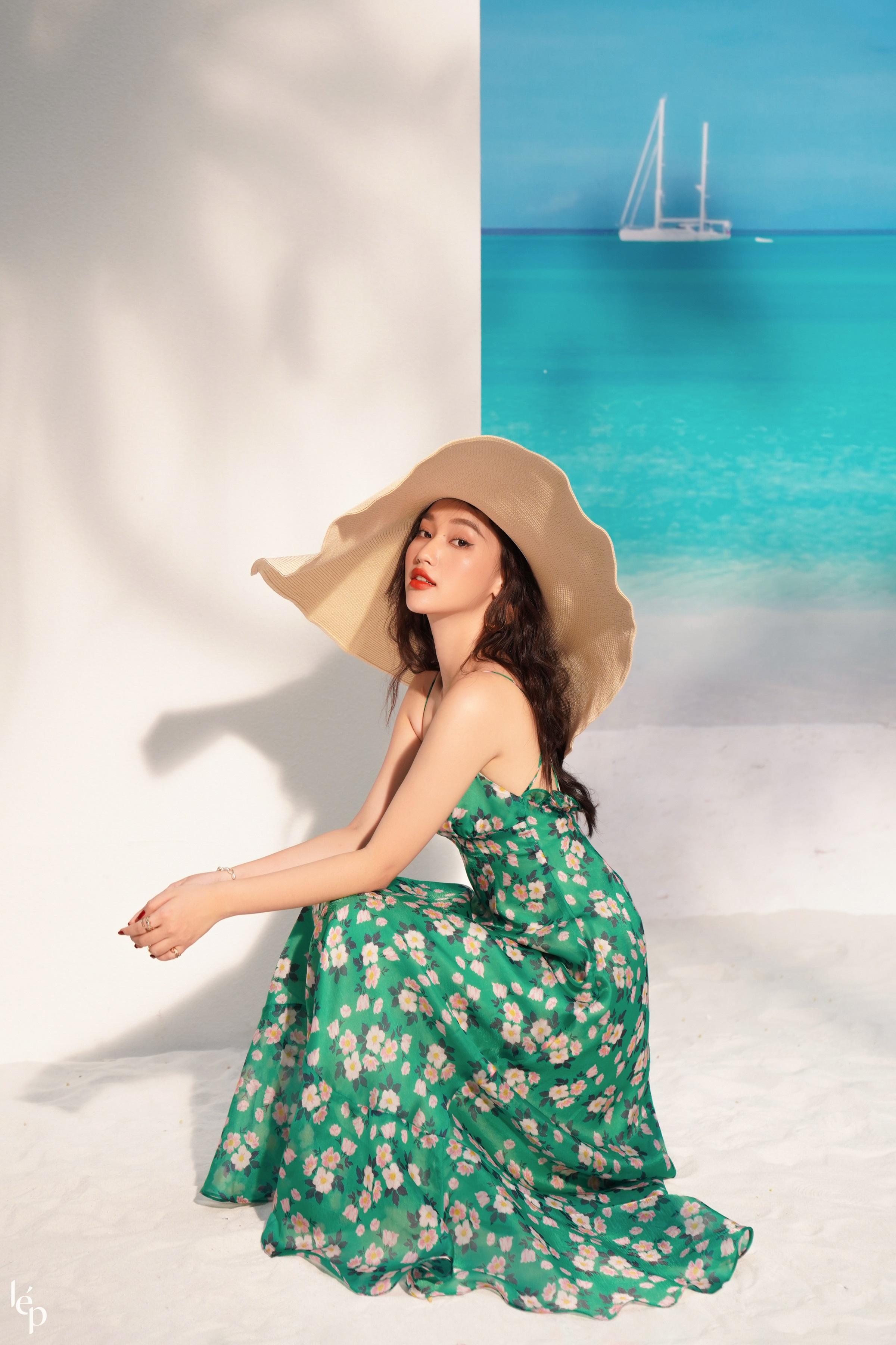 Các cô gái nên mix-match trang phục với mũ rộng vành hay túi cói để tăng thêm vẻ ấn tượng cho outfit mùa hè.