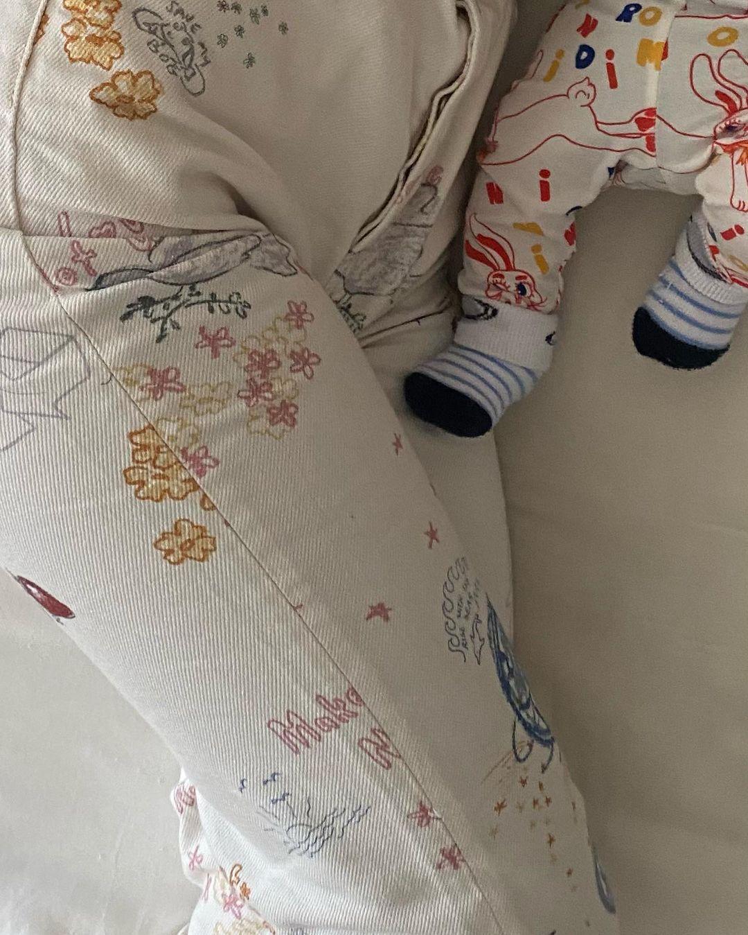 Chiếc quần jeans trắng là đồ đôi với con trai của cô.