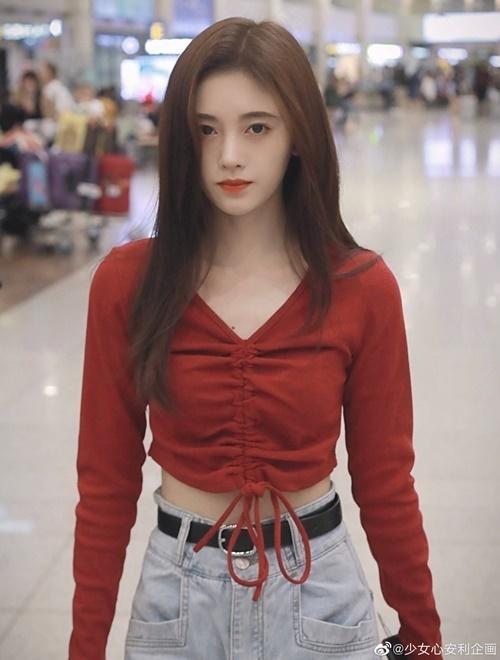 Nữ diễn viên phải dùng thắt lưng để cạp quần bớt rộng, nhờ vậy tôn lên vòng eo siêu thực.