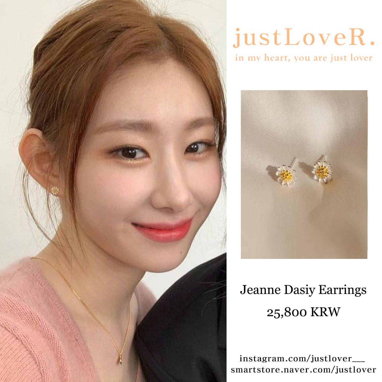 Chae Ryeong (ITZY) đeo mẫu bông tai hoa cúc hot trend có giá 25.800 won (530.000 đồng).
