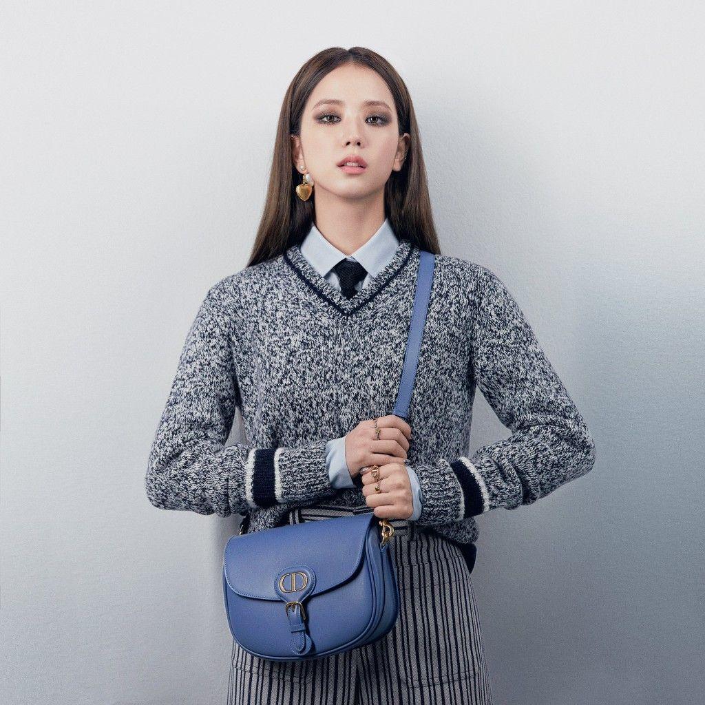Khác hẳn lối trang điểm trong trẻo và những bộ trang phục dịu dàng khi quảng bá it MICHAA, trong vai trò là đại sứ thương hiệu của Dior, Ji Soo mang đến phong cách khác biệt.