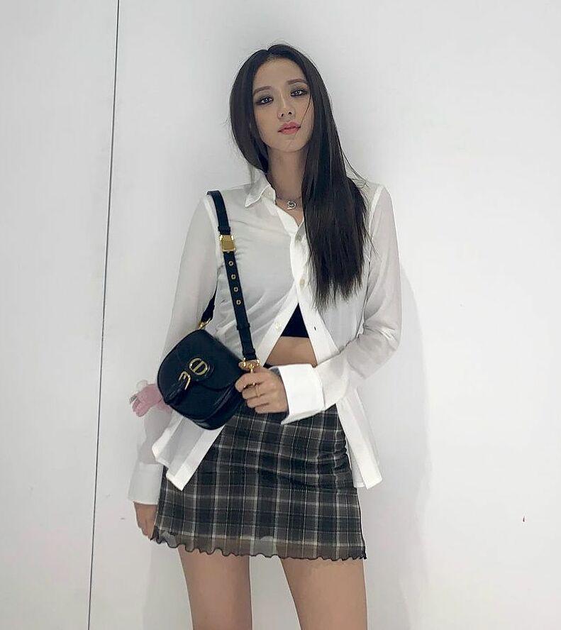 Ngay cả trong những bức ảnh tự thực hiện để đăng lên Instagram, Ji Soo cũng bám sát style của Dior với lối trang điểm đậm, thần thái sắc lạnh.