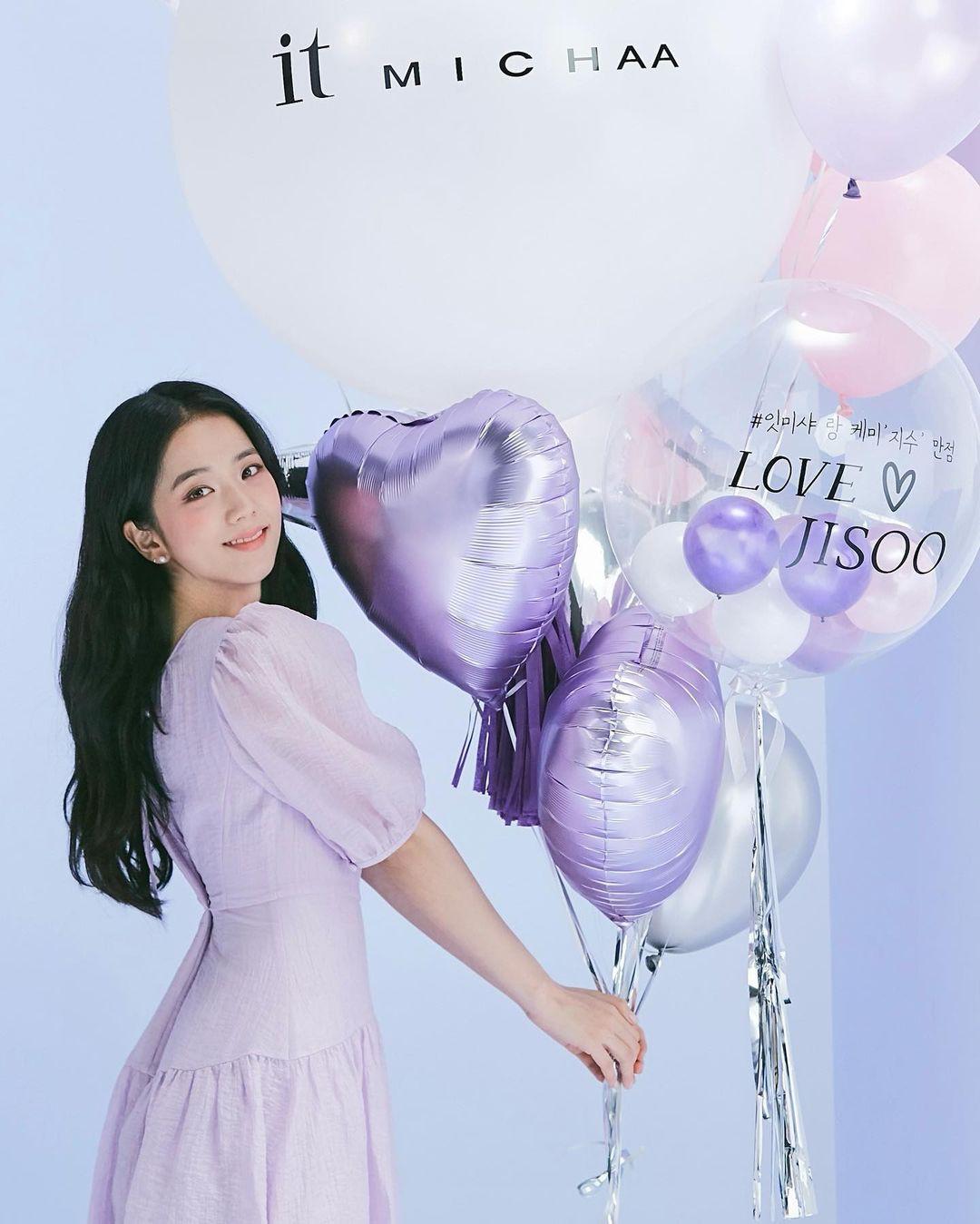 it MICHAA là một thương hiệu thời trang nội địa nổi tiếng tại Hàn Quốc, từng gắn với những đại sứ thương hiệu như Seo Hyun, Jun Ji Hyun. Từ năm nay, Ji Soo trở thành nàng thơ mới, đồng hành cùng hãng trong các hoạt động quảng bá gần đây. it MICHAA vốn có phong cách nữ tính và nhẹ nhàng, hòa hợp với vẻ đẹp trong trẻo, dịu dàng của Ji Soo.