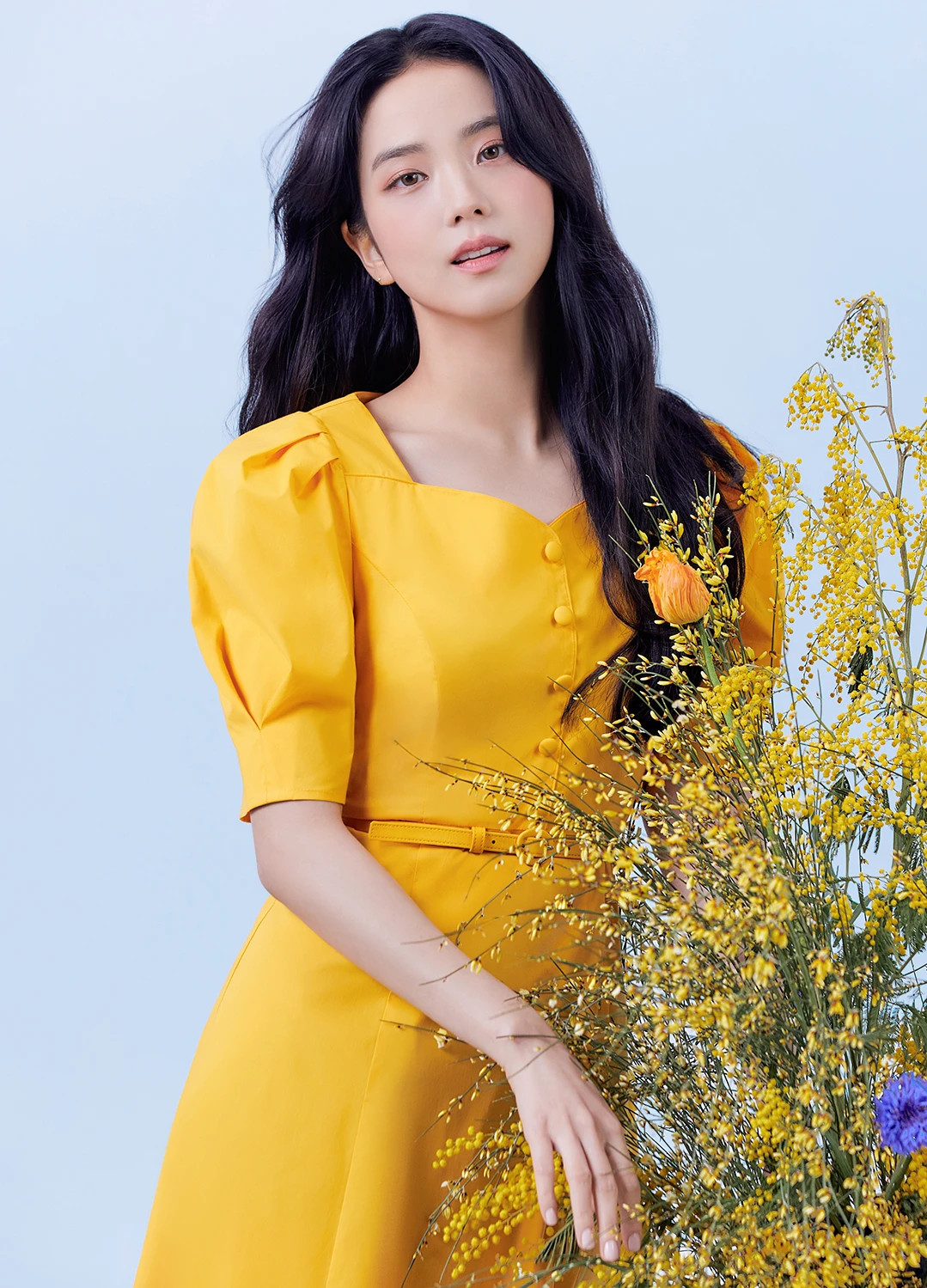 Những shoot hình nhẹ nhàng tựa nàng thơ của Ji Soo khiến fan lập tức muốn sắm ngay mẫu váy áo cô nàng đang diện.