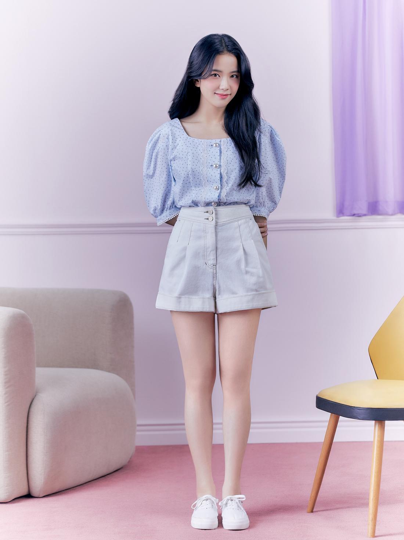 Phong cách nhẹ nhàng, xinh xắn này của Ji Soo và it MICHAA rất hợp gu người Hàn Quốc.