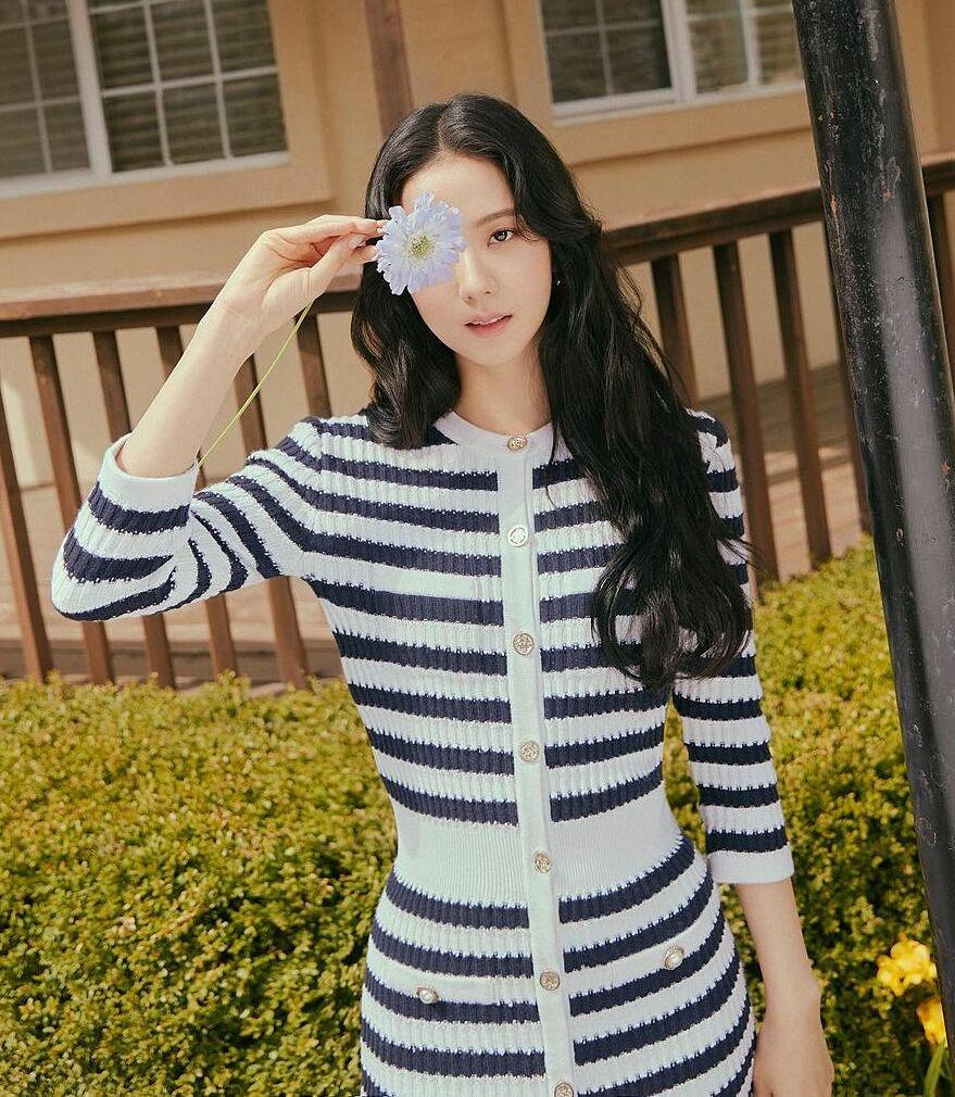 Vẻ nhẹ nhàng, tinh khôi của Ji Soo rất phù hợp với tinh thần các thiết kế của thương hiệu. Khi nhìn những bức hình trong trẻo của cô, fan khen toát lên không khí tươi mới, trẻ trung.