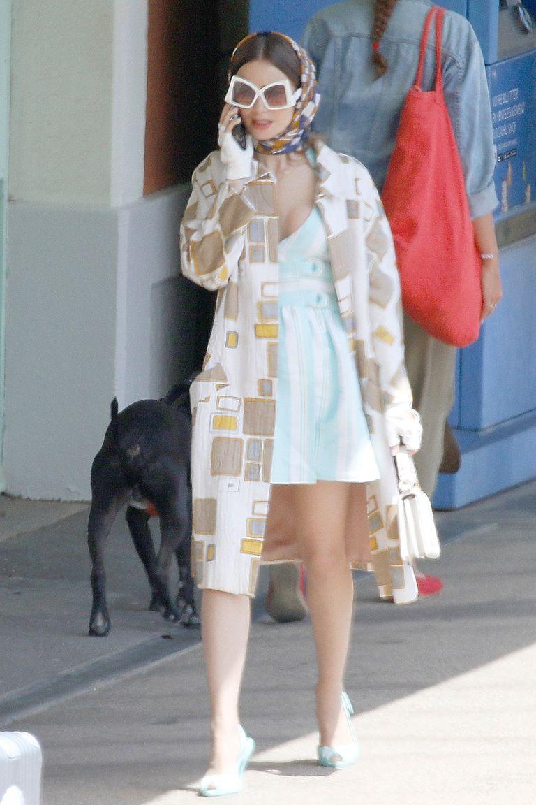 Hôm 4/5, những bức ảnh nhá hàng outfit của Emily trong phần 2 được nhiều trang tin đăng tải. Ảnh: Backgrid.