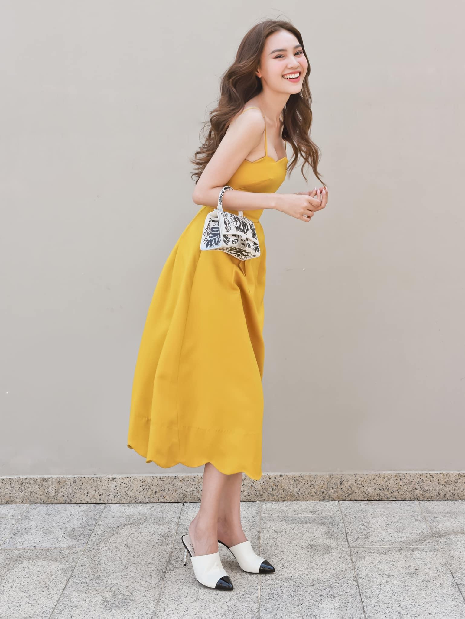Chiếc váy vàng rực giúp Lan Ngọc tỏa sáng trên đường phố ngày hè.