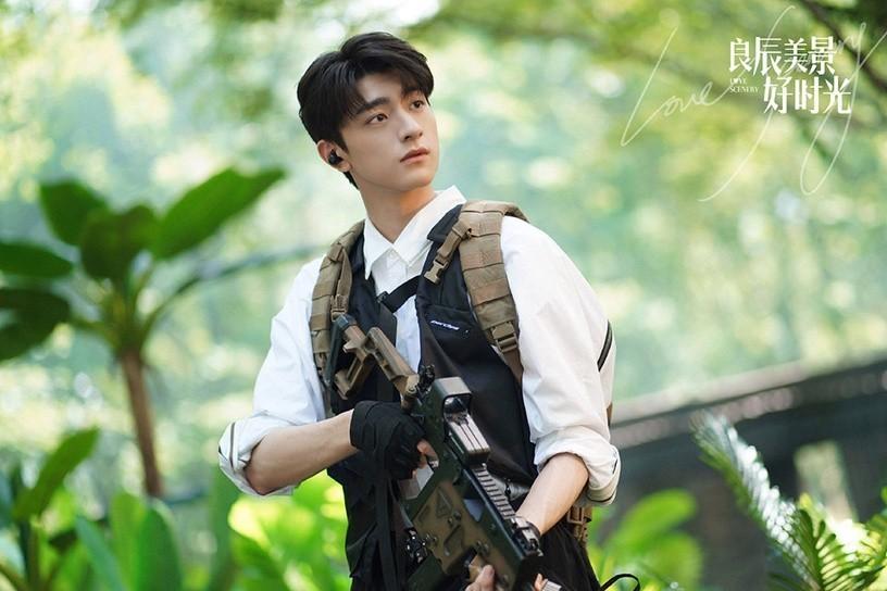 Em trai quốc dân Lâm Nhất đang thu phục trái tim fan nữ với vai Lục Cảnh trong Thời Gian Lương Thần Mỹ Cảnh. Phim xoay quanh mối tình qua game online giữa cô ca sĩ nổi tiếng Lương Thần (Từ Lộ) và nam thần trường học Lục Cảnh (Lâm Nhất). Bộ phim ngọt ngào, đáng yêu, đặc biệt diện mạo cuốn hút của Lâm Nhất đã khiến vai diễn của anh trở thành đề tài được bàn tán xôn xao trên Weibo, đứng thứ 7 trong danh sách diễn viên nổi tiếng nhất hiện nay.