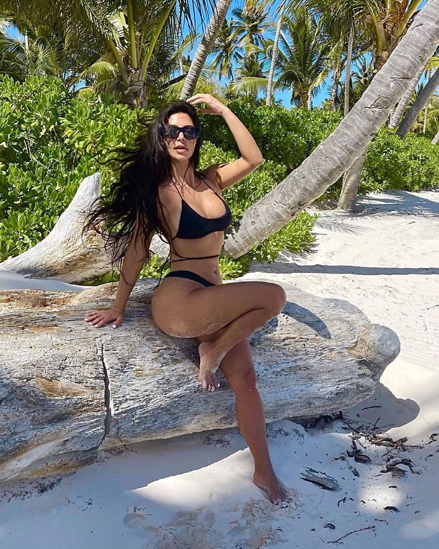 Kim Kardashian lại gây lú cực mạnh với bàn chân như chỉ có 4 ngón