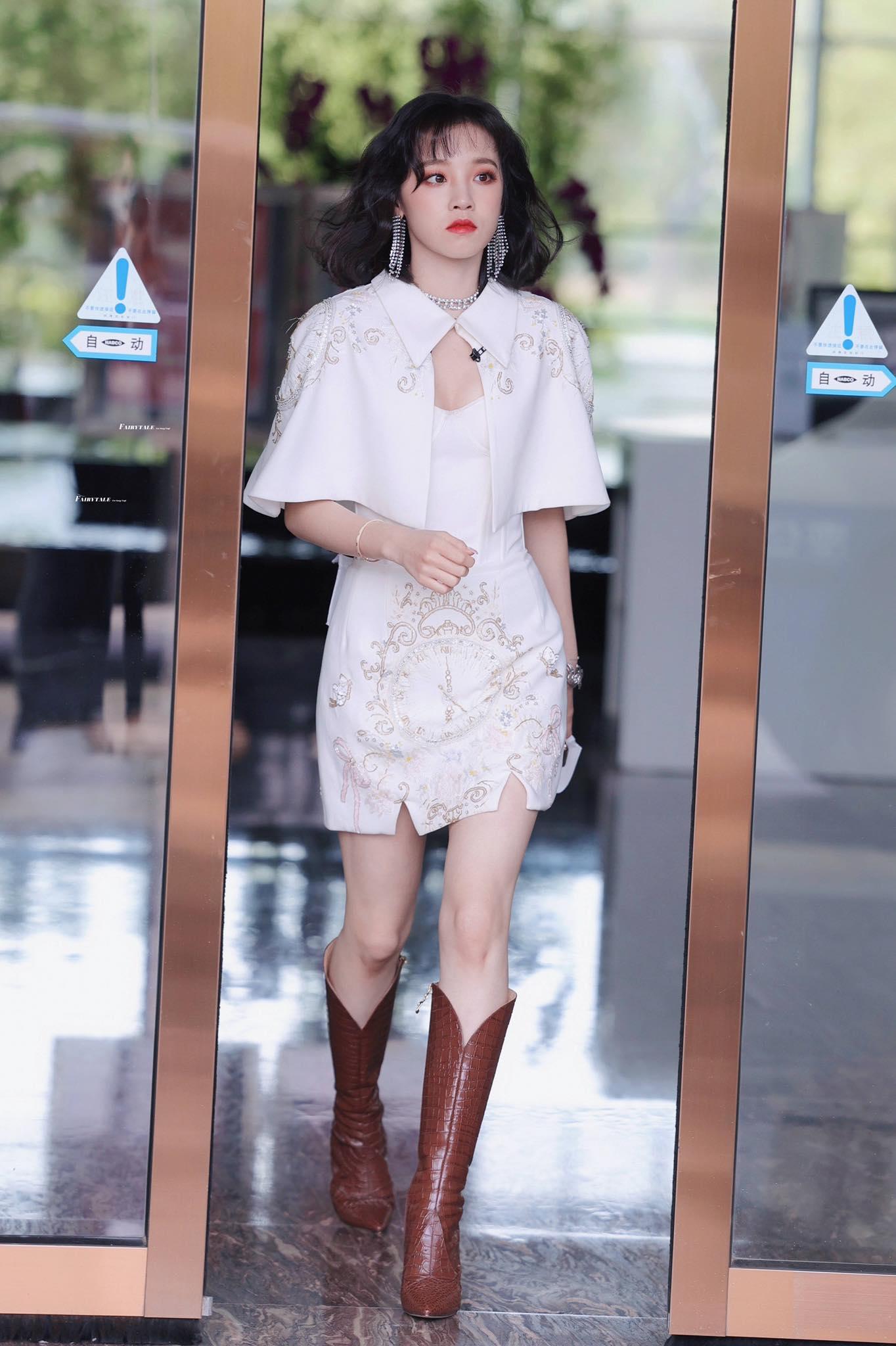 Từ ngày về Trung Quốc hoạt động, cách make up, trang phục của Yuqi ((G)I-DLE) như được lột xác giúp nâng tầm nhan sắc.