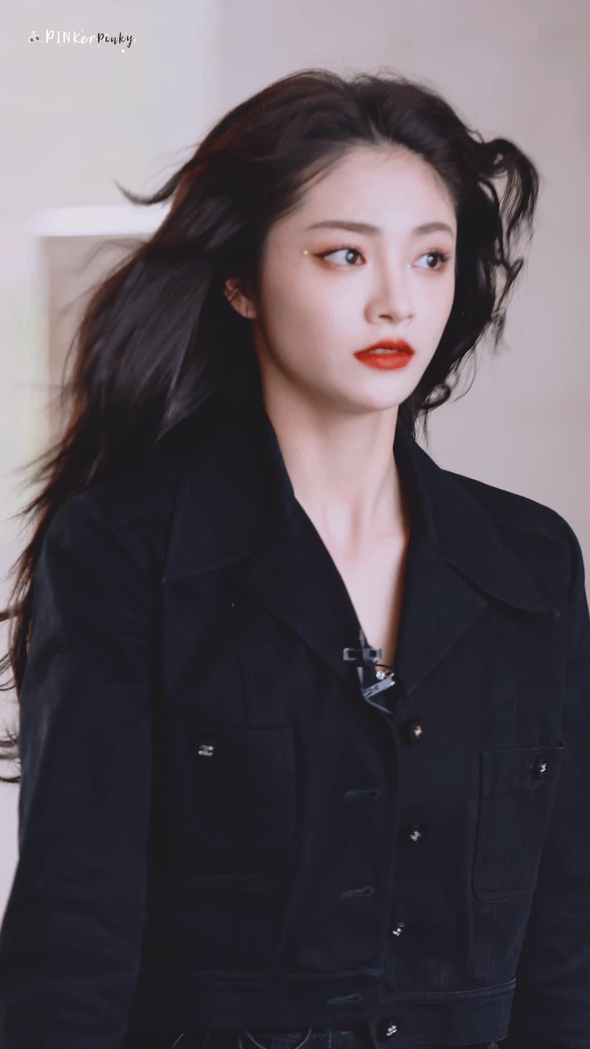 Chu Khiết Quỳnh quay lại sân khấu trình diễn khiến fan mong chờ. Từ khi về Trung hoạt động, cô nàng nhiều lần vướng scandal tiêu cực khiến danh tiếng giảm sút.