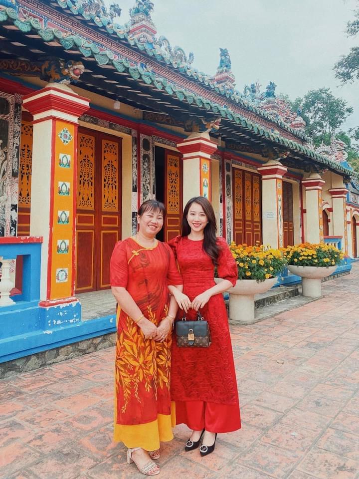 Huỳnh Hồng Loan chia sẻ tấm ảnh diện áo dài đồng điệu với mẹ. Chúc mẹ Vân luôn trẻ khoẻ để cùng nhau đi khắp thế gian, mãi yêu mẹ, cô viết.