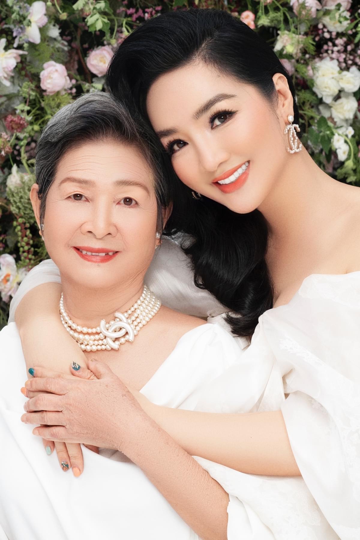 Hoa hậu đền Hùng Giáng My có bức ảnh rất hạnh phúc bên mẹ.