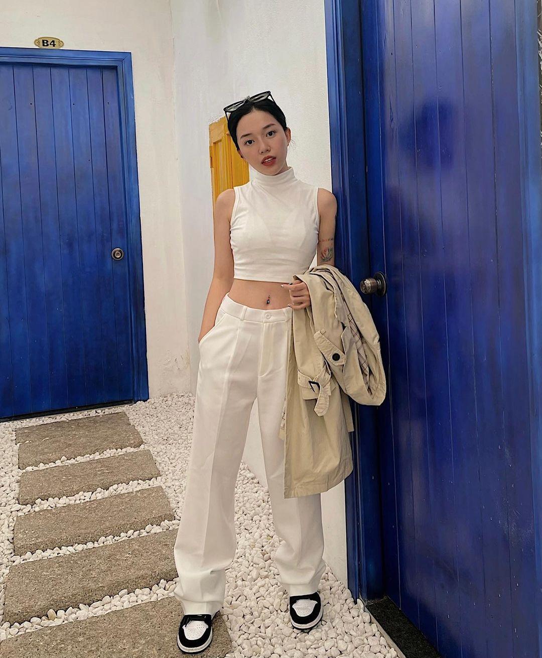 Cô được khen có vòng eo nhỏ nên thường xuyên chọn những trang phục khoe ưu điểm này. Những chiếc crop top luôn là lựa chọn hàng đầu.