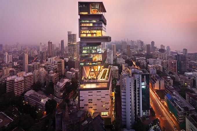Gia đình sống tại tòa nhà mang tên Antilia tại thành phố Mumbai, Ấn Độ. Đây được mệnh danh là căn nhà đắt nhất thế giới và cần khoảng 600 nhân viên để vận hành.