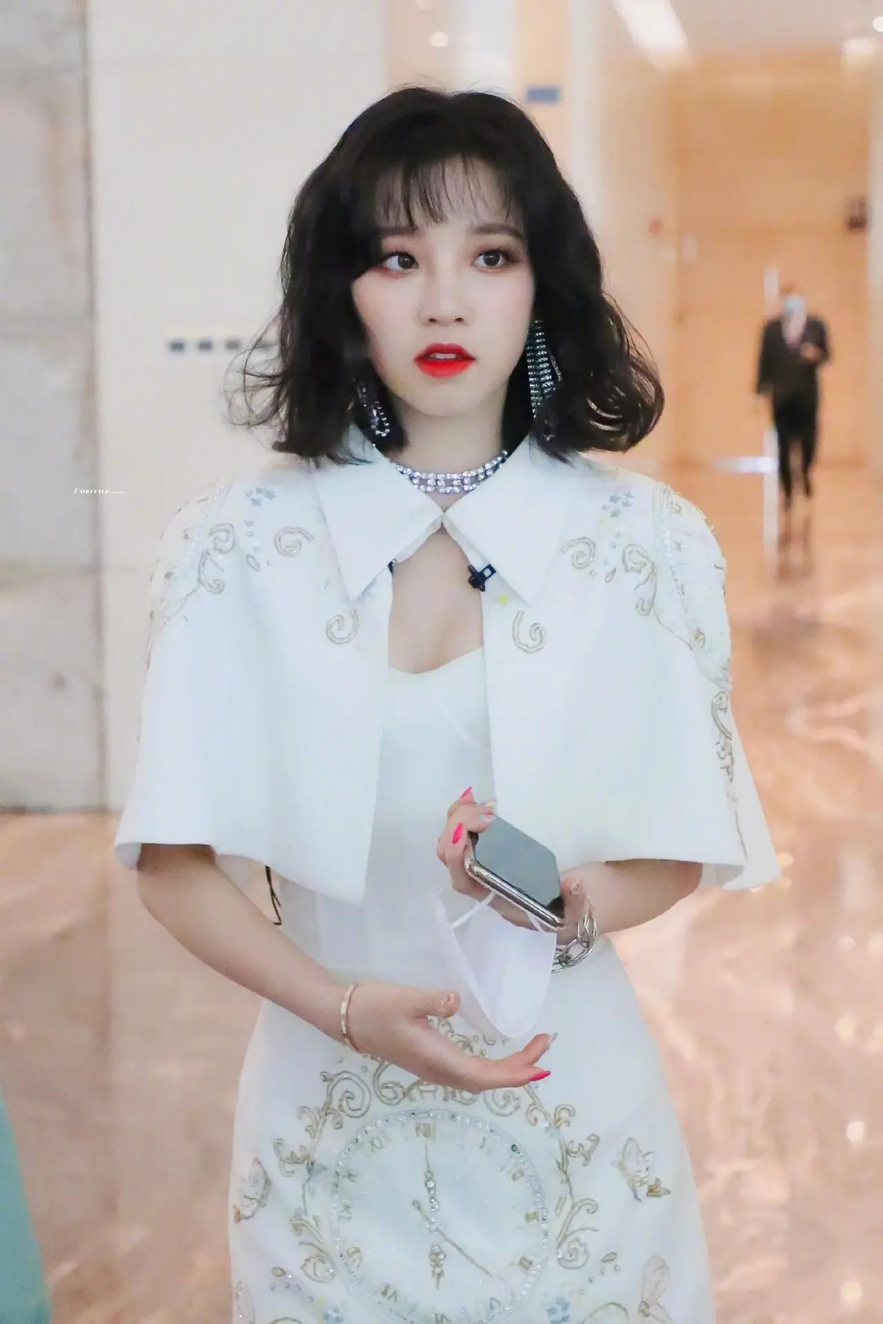 Thành viên (G)I-DLE mặc trang phục lấy cảm hứng từ sườn xám, visual lộng lẫy như nàng công chúa bước ra từ truyện tranh.