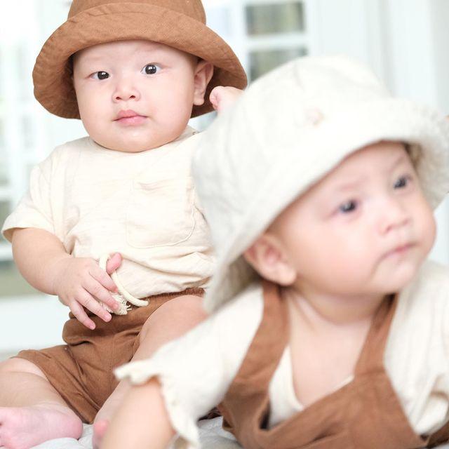Hai chị em chứng minh là một cặp sinh đôi sành điệu bằng cách diện đồ tông xuyệt tông màu sắc, tuy nhiên kiểu dáng khác biệt, phù hợp với từng bé.