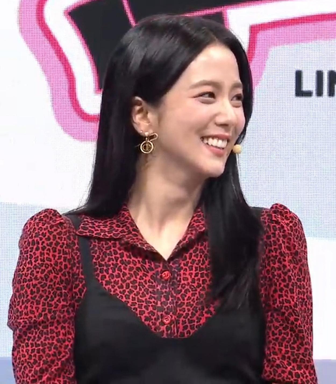 Các fan cho rằng Ji Soo trông bị dìm trong outfit già dặn...