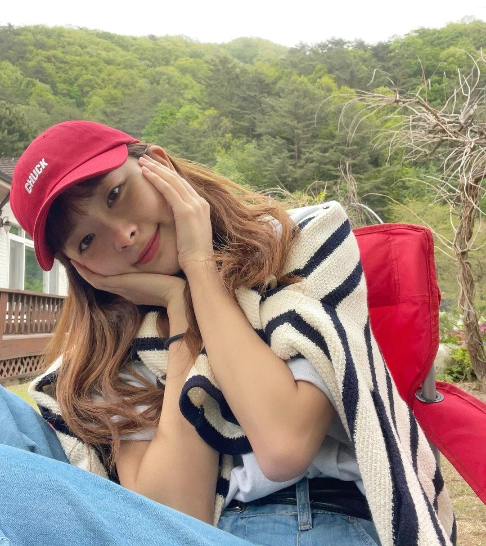 Nàng Gấu Seul Gi ôm má cực yêu.