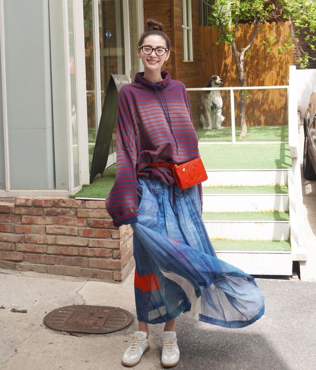 Chán style gợi cảm cool ngầu, Nana đổi gió với trang phục rộng thênh nuốt dáng nhưng đáng yêu lạ.