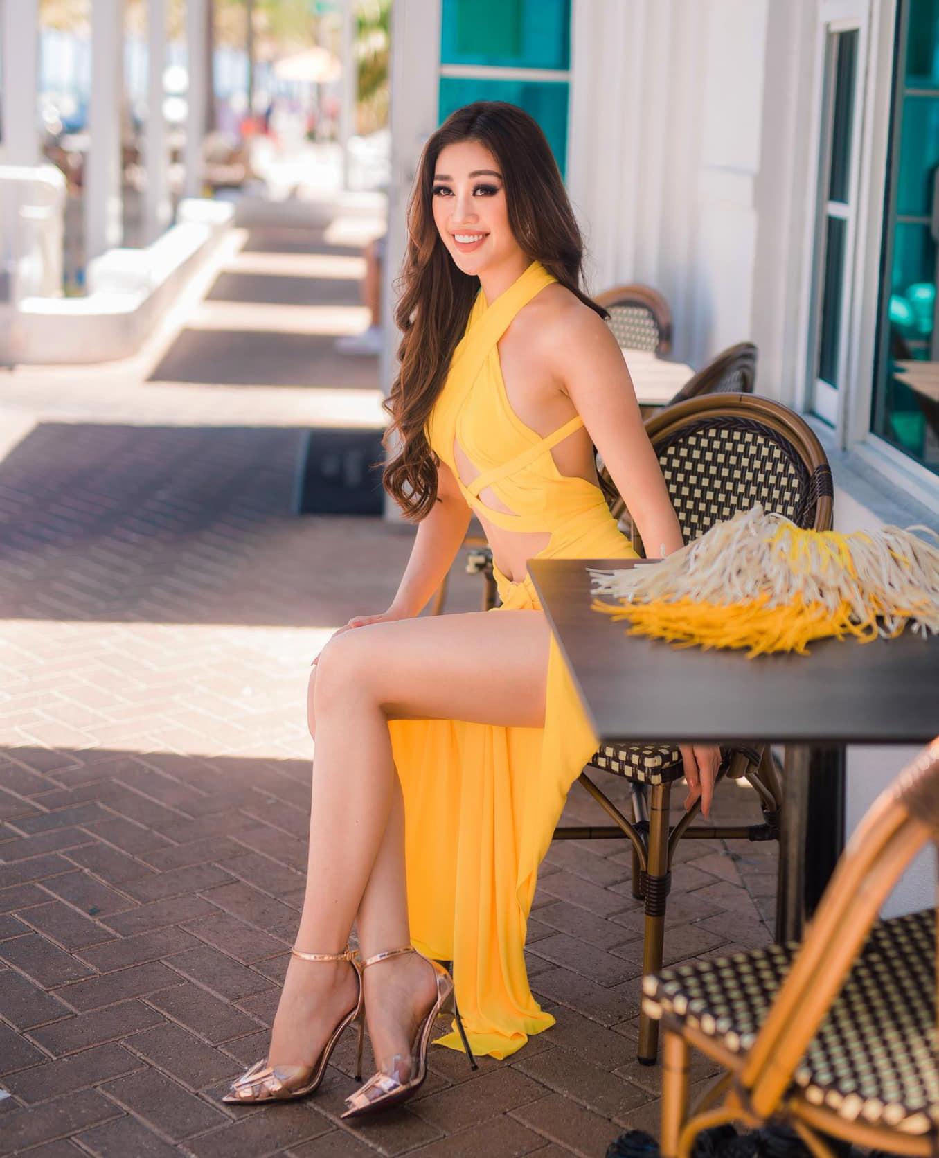 Thiết kế đầm khoét bụng, xẻ tà được Khánh Vân diện đi cafe sương sương giúp cô tôn body được tập luyện kỹ càng, nghiêm ngặt.