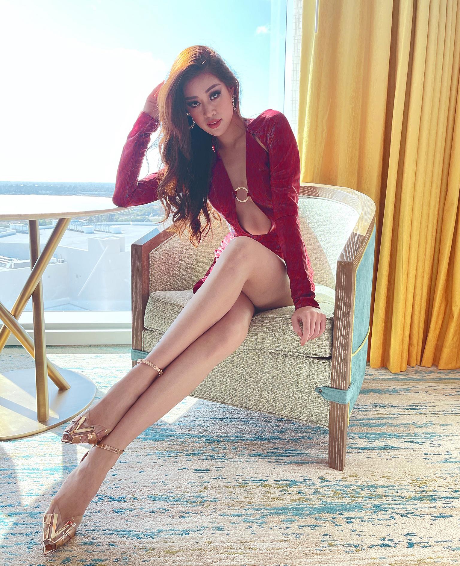Kết hợp cùng bộ đầm, Khánh Vân đi giày có chữ V - chữ cái đầu của tên cô và quê nhà Việt Nam. Bộ cánh nhận được nhiều lời khen ngợi vì rất sexy và nổi bật.