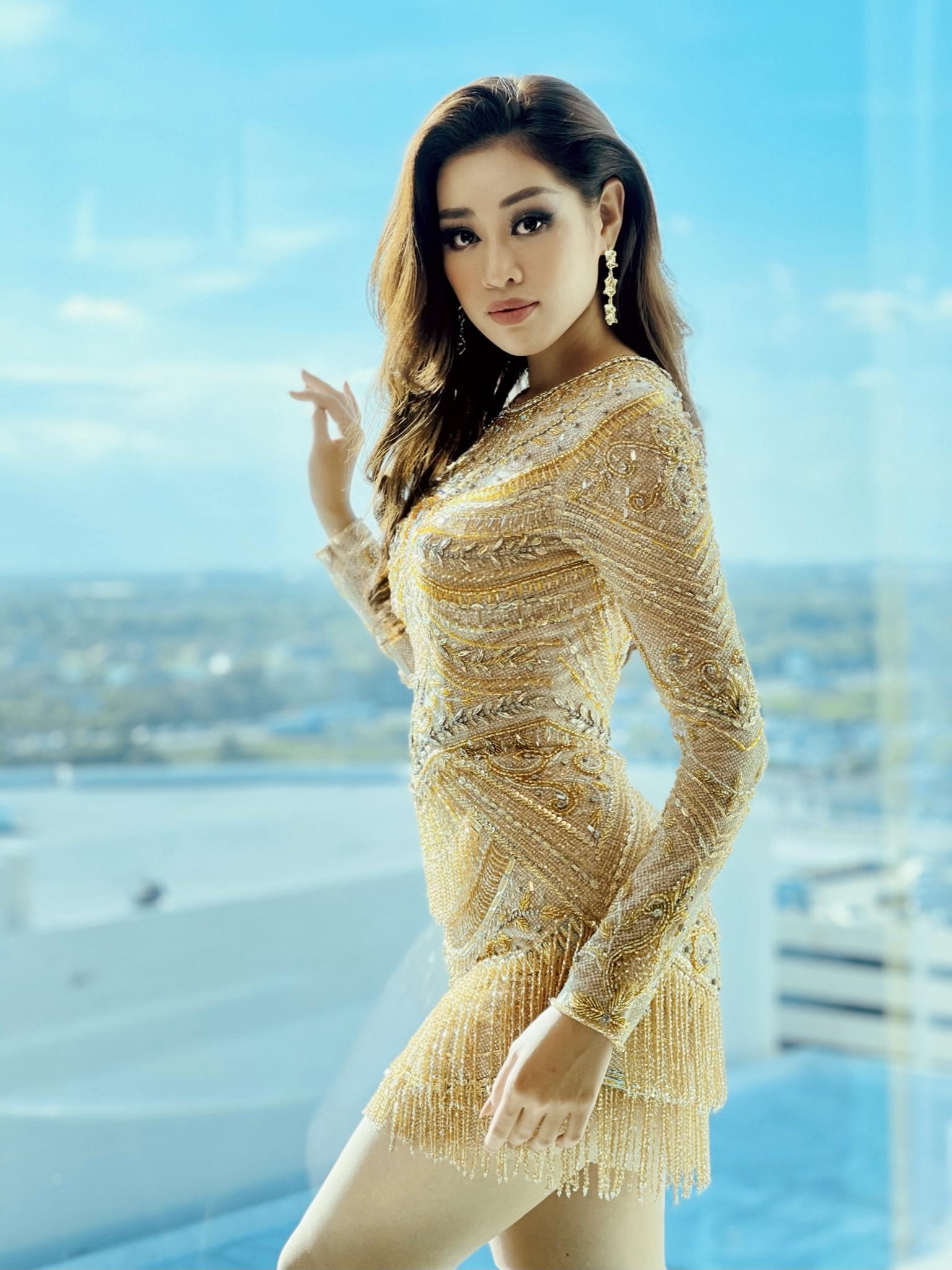 Nhờ sự chuẩn bị kỹ lưỡng từ ê-kíp, người đẹp liên tục phủ sóng mạng xã hội với những trang phục đẹp mắt. Bộ đồ chất liệu xuyên thấu chỉ đủ che vòng ba đính kết lấp lánh cũng được đánh giá cao.