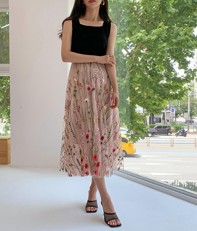 Cô nàng Hàn Quốc thời thượng khéo chọn áo đen tối giản để mix với chân váy thêu cầu kỳ. Có một lưu ý khi diện đồ thêu là nên hạn chế việc mix đồ quá rườm rà, tránh tình trạng bị rối mắt.
