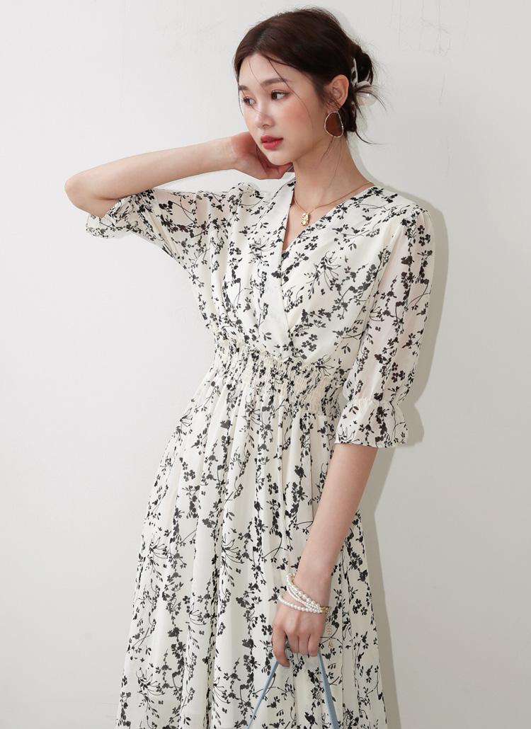 Thêm phụ kiện làm điểm nhấn, mẫu váy hoa vốn đã nổi bật càng thêm lộng lẫy.