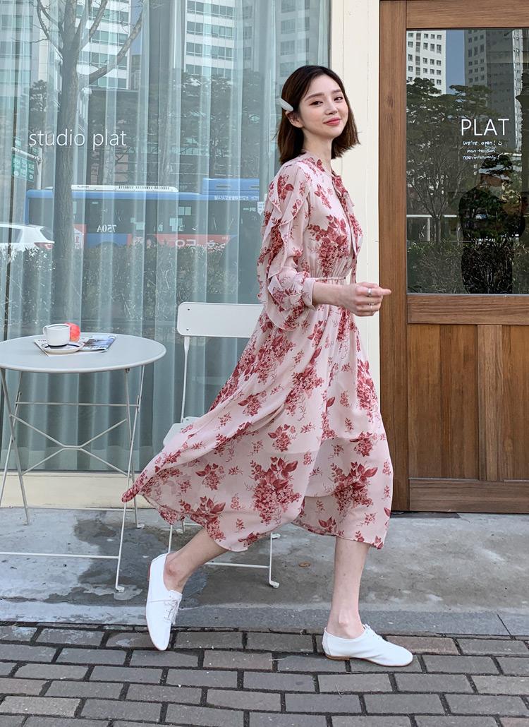 Váy hoa kết hợp với những mẫu giày phóng khoáng sẽ tạo cảm giác mới lạ và trẻ trung.
