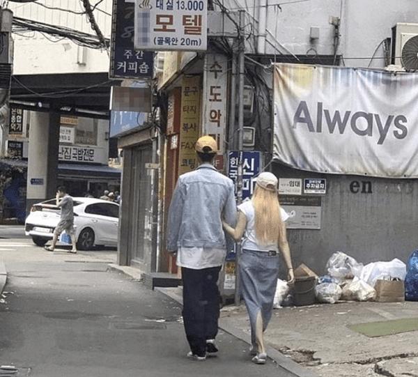 JooE đi bên cạnh chàng trai lạ mặt