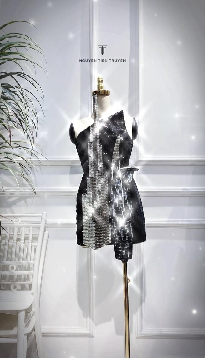 Một thiết kế khác cũng được nhá hàng từ khá sớm nhưng cuối cùng mất tích trong hành trình của Khánh Vân ở Miss Universe là chiếc đầm cocktail lấp lánh với họa tiết chủ đạo là hai tòa nhà biểu tượng của sự hưng thịnh Sài thành - Bitexco và Landmark 81.
