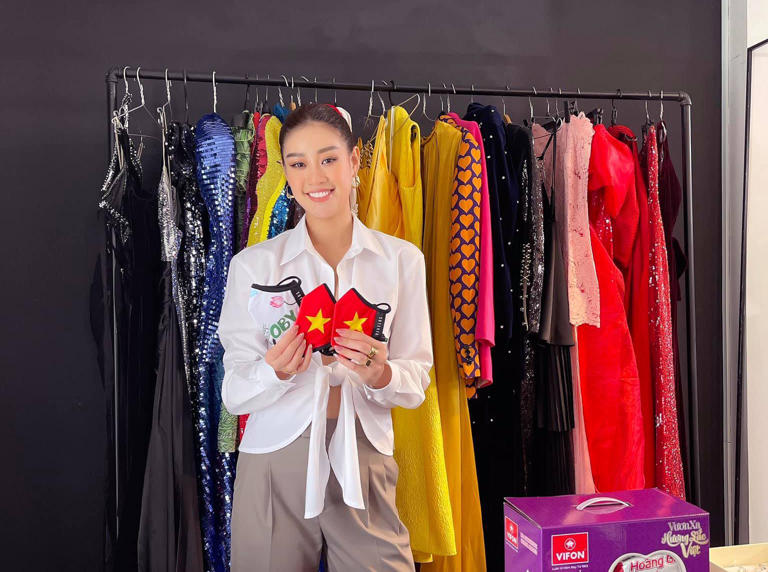 Để chinh chiến ở Miss Universe năm nay, Khánh Vân mang theo 15 vali hành lý, trong đó chứa cả trăm bộ trang phục, được cô cùng ê-kíp dày công chuẩn bị. Tuy nhiên vì cuộc thi chỉ diễn ra trong 10 ngày với nhiều hoạt động mặc đồng phục, Khánh Vân thực tế chỉ sử dụng khoảng 30 outfit trong số đó. Điều này khiến nhiều bộ cánh từng được giới thiệu sẽ đồng hành cùng đại diện Việt Nam tại Miss Universe nhưng cuối cùng lặn mất tăm.