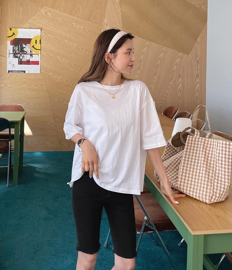 Ngoài quần ống suông, quần bó cũng được các cô gái Hàn Quốc lăng xê để khoe triệt để đôi chan thon thả. Với kiểu đồ này, bạn nên chọn chất liệu thoải mái nhưng không nên quá mỏng dẫn đến hớ hênh.
