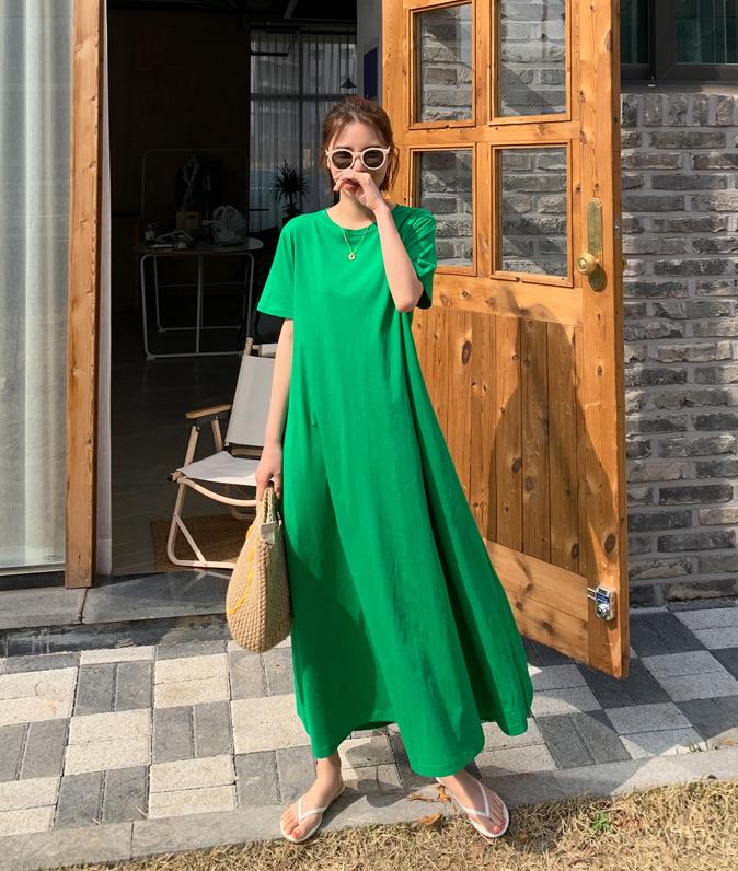 Thiết kế váy dài phóng khoáng từ vải linen sẽ khiến bạn trông thật sự mới lạ và nữ tính.