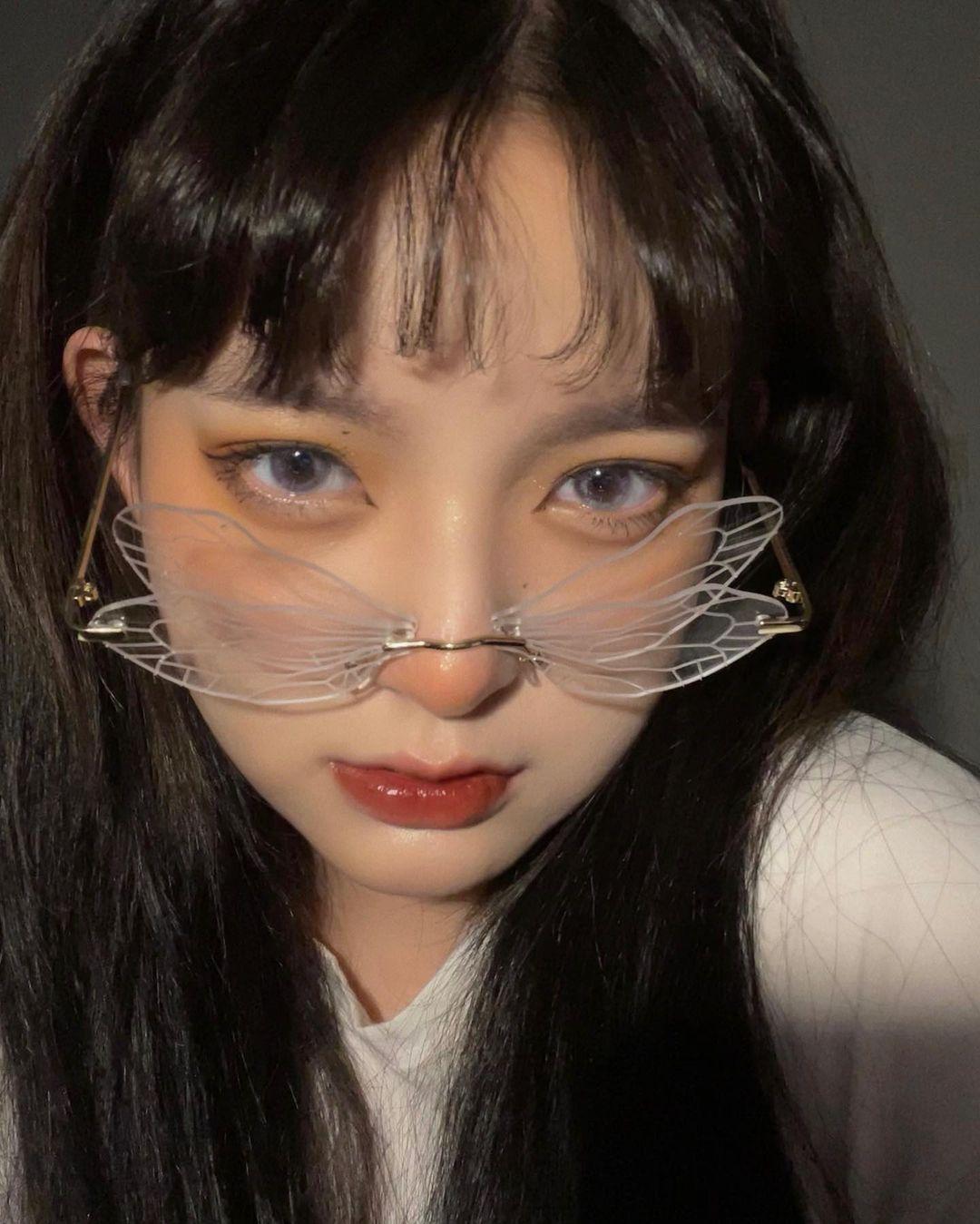 Nếu thấy các kiểu kính thông thường đã quá nhàm chán, sao bạn không thử nghiệm các dáng kính độc đáo hơn như mắt cánh bướm, mắt chuồn chuồn, kính không tròng... Xu hướng phụ kiện này giúp các cô gái có bức hình selfie chất lừ.