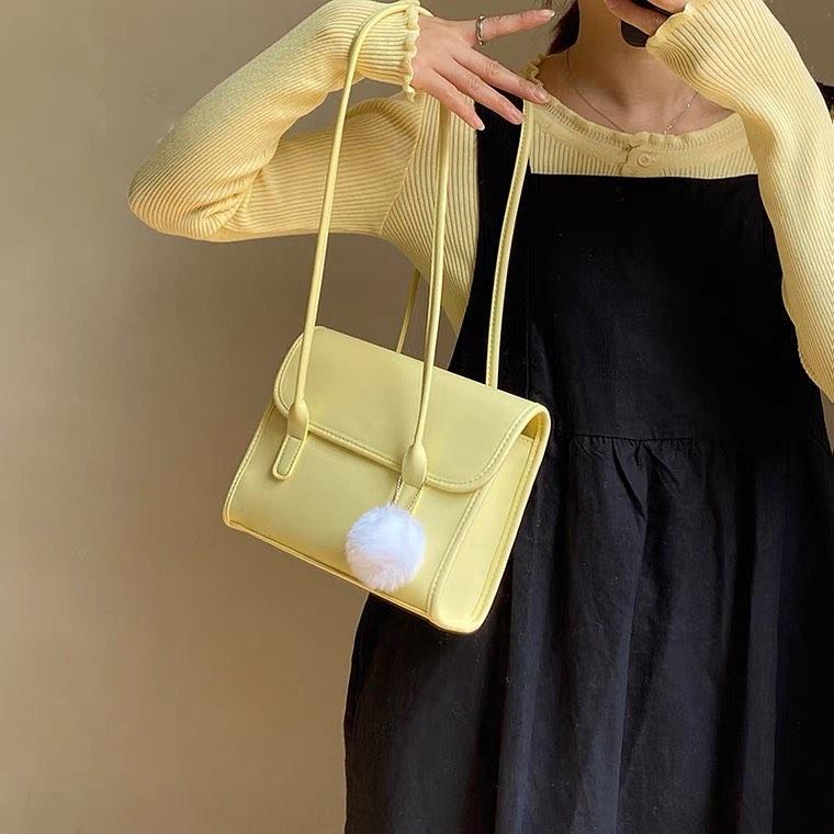 Đừng quên những chiếc móc cài túi xách, cũng là một xu hướng phụ kiện mang đến cho các cô gái diện mạo không thể ngọt ngào hơn. Có vô vàn kiểu charm túi xách cho các nàng lựa chọn như cục bông, hình thú bông, hình cánh bướm...