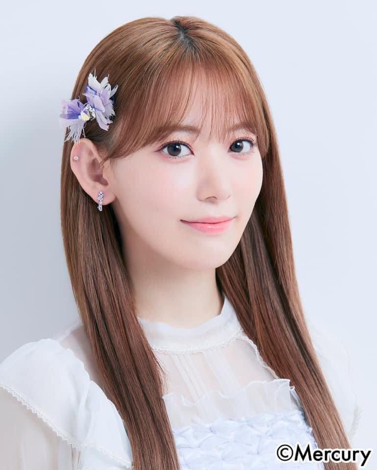 Sau khi kết thúc hợp đồng với IZONE, Sakura quay về Nhật tiếp tục hoạt động. Nữ idol cũng từ bỏ phong cách Hàn Quốc sexy, cá tính quen thuộc để trở lại với style Nhật trong trẻo, nhẹ nhàng. Trong những hình ảnh mới được Sakura tung ra gần đây, netizen rộ lên tranh cãi. Để phù hợp với gu của các cô gái Nhật Bản, Sakura được makeup theo kiểu có như không với tông hồng làm chủ đạo, mắt và môi phủ màu rất nhẹ nhàng.