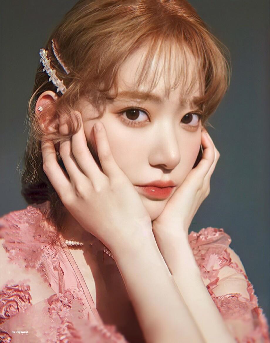 Lối makeup kiểu Hàn với màu mắt bóng mờ, phấn má đậm và môi tươi tắn giúp tôn lên những nét đẹp của Sakura như mắt to, mũi cao.