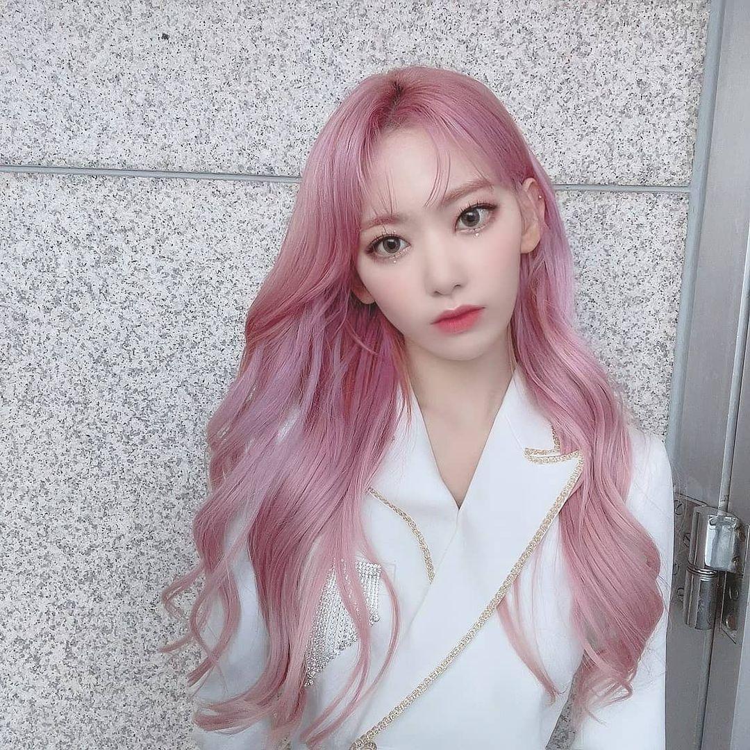 Trong thời gian hoạt động ở IZONE, nữ thần tượng ít khi trang điểm quá nhạt. Nếu tô son hồng bợt, cô cũng sẽ được tạo điểm nhấn ở phần mắt hay màu tóc để tổng thể rạng rỡ, nổi bật.