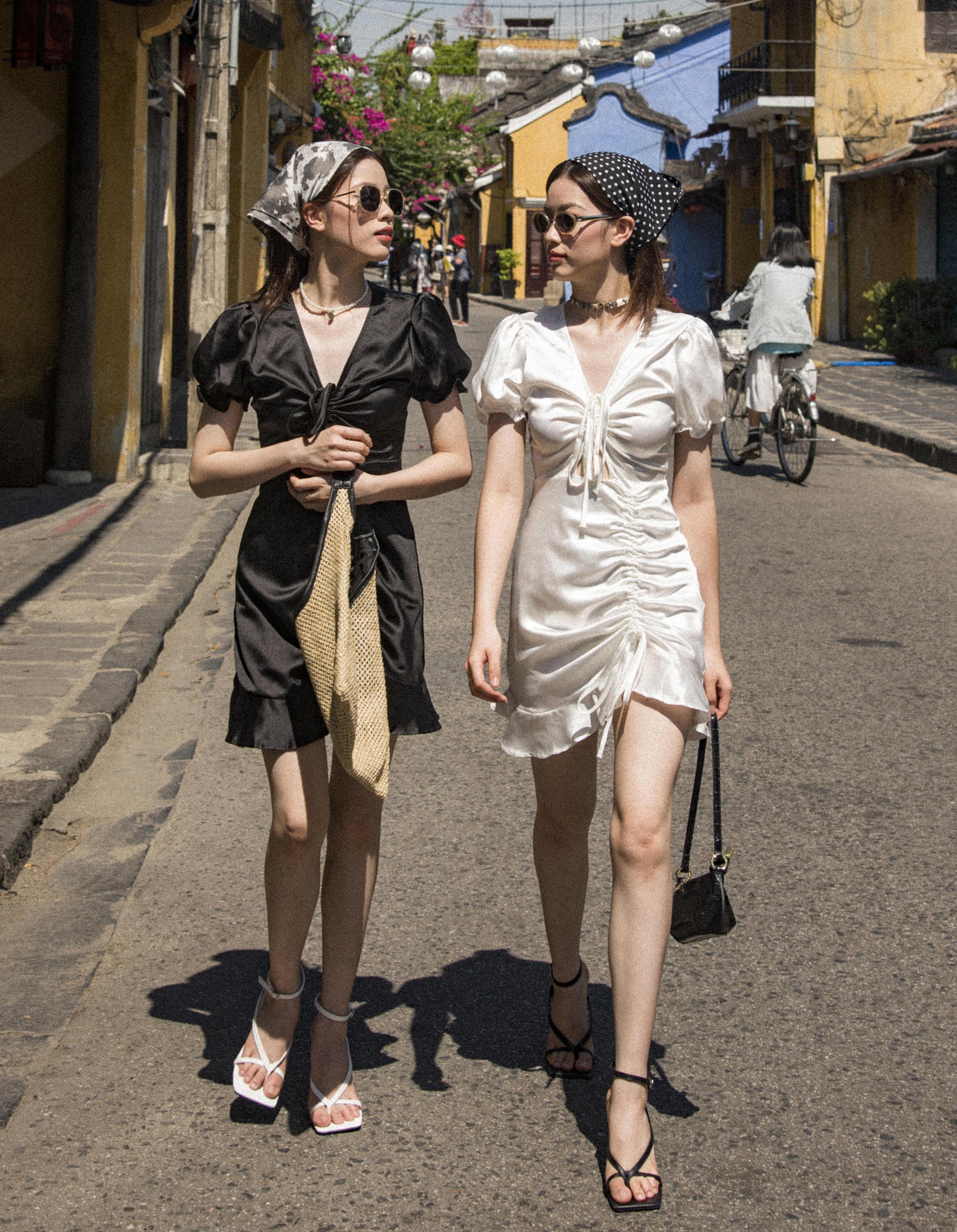 Với tỷ lệ cơ thể đẹp, cặp model sinh đôi dễ dàng chinh phục nhiều kiểu trang phục. Tuy nhiên hai chị em ưa chuộng các kiểu váy trơn màu, không cầu kỳ trong phom dáng.