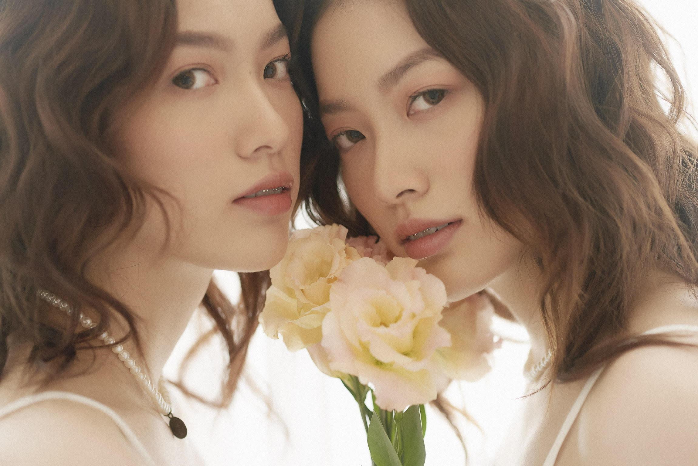 Hồng Ánh (phải) và Thùy Linh là cặp chị em sinh đôi đang đắt show chụp mẫu lookbook gần đây. Mới gia nhập ngành thời trang chưa lâu, đôi model sinh năm 2001 đã được nhiều nhãn hàng yêu thích.