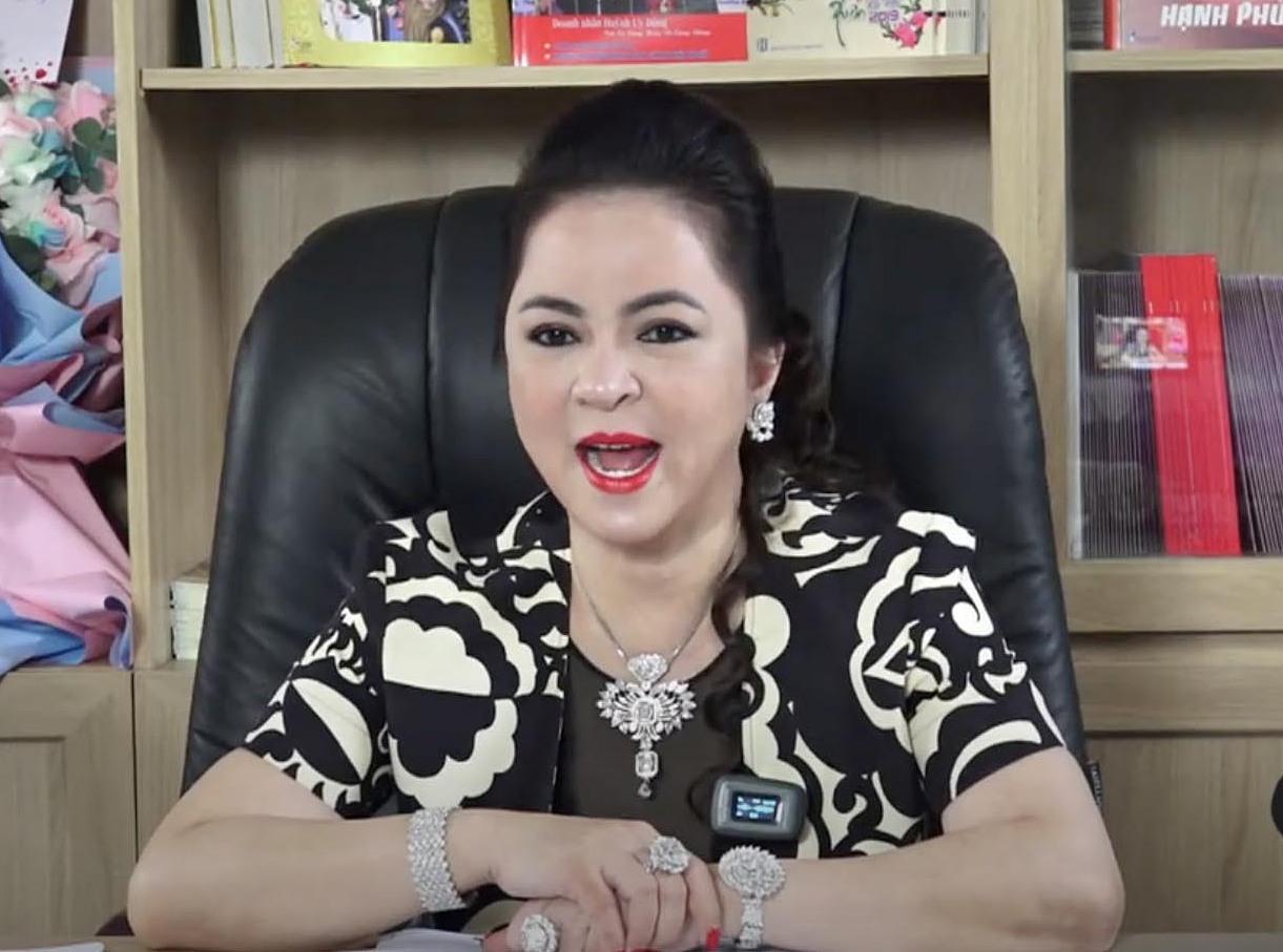 Bà Phương Hằng livestream, vạch trần đời tư nhiều nghệ sĩ thời gian qua.
