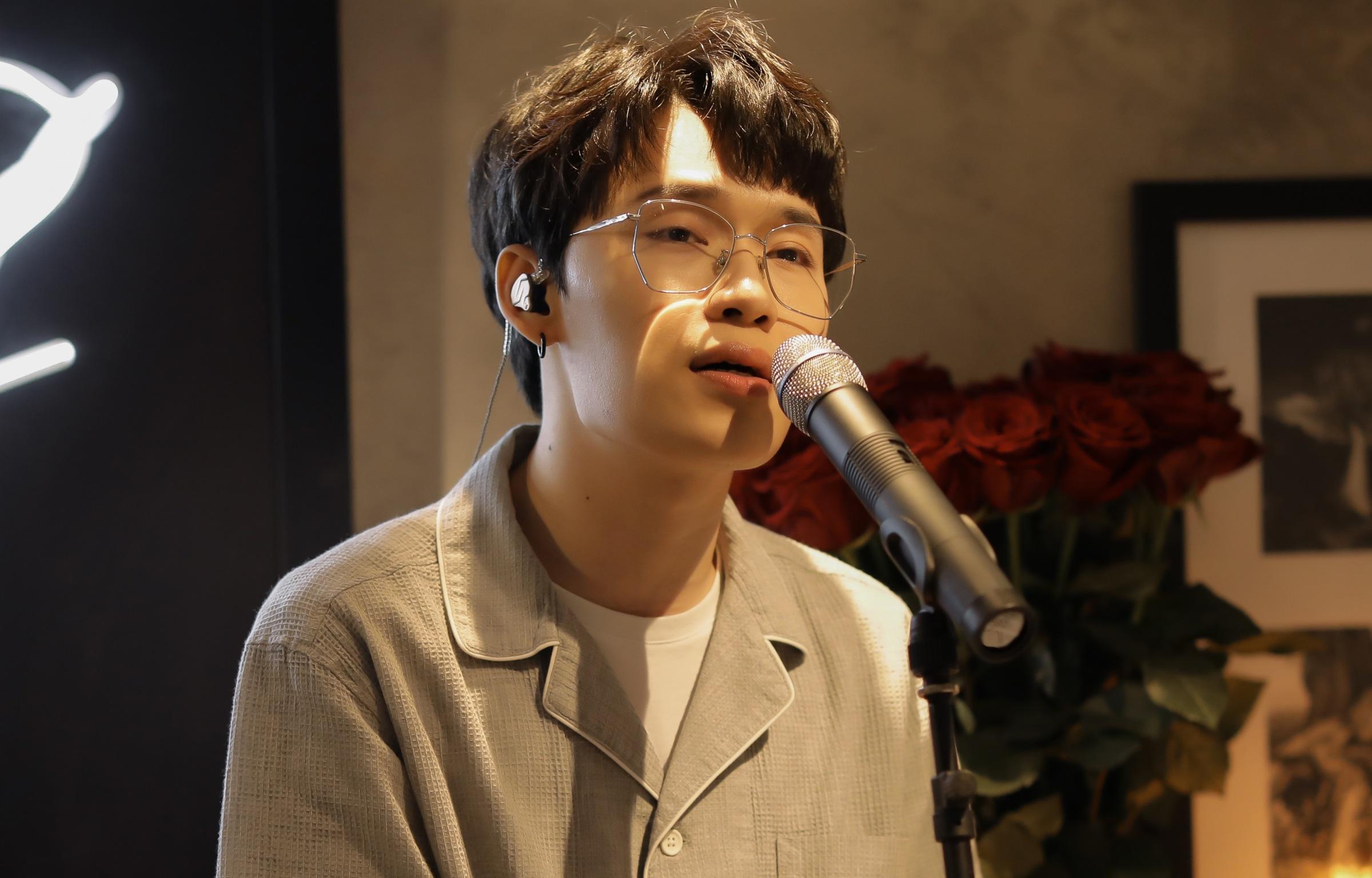 Quang Trung mặc giản dị tổ chức hát livestream tại nhà.