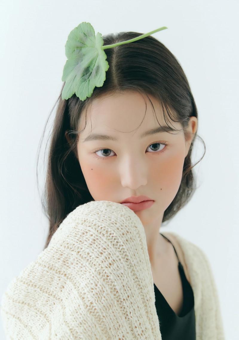 Trước đó, khi chụp hình tạp chí, Jang Won Young cũng khiến fan không nhận ra vì lớp trang điểm quá lạ lẫm. Thay vì vẻ tươi trẻ, rạng ngời đầy sức sống quen thuộc, cô nàng trở nên già dặn, thiếu sức hút.