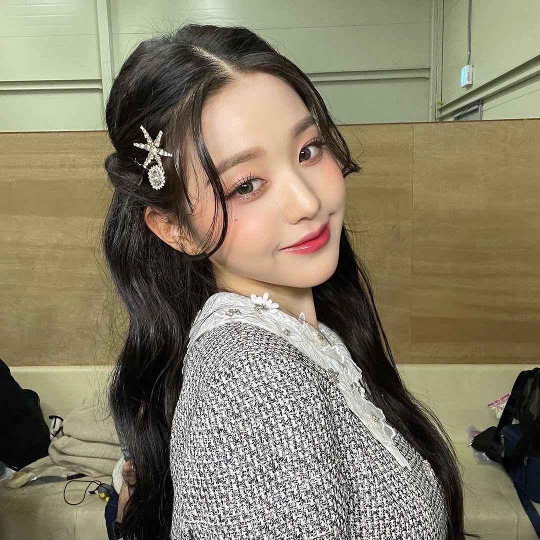 Ngược lại, khi được họa mặt rực rỡ đúng phong cách của các idol Kpop, Won Young lập tức được tôn vinh nhan sắc.