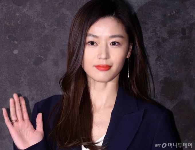Jun Ji Hyun sinh năm 1981, là một trong những diễn viên hàng đầu Kbiz.
