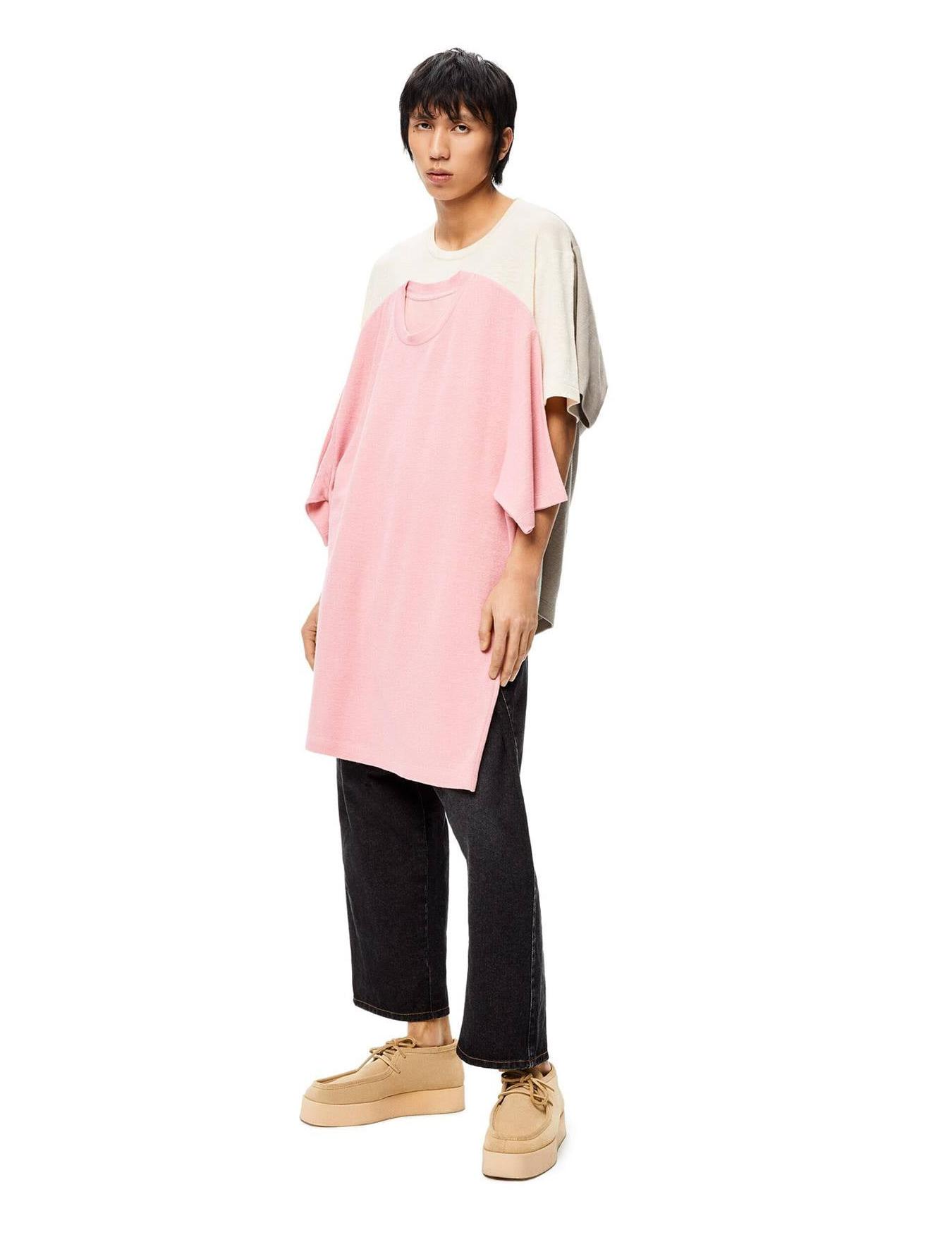 Khi bạn chui vào chiếc áo trắng, chiếc màu xám sẽ ở mặt sau còn chiếc màu hồng ở mặt trước nổi bật. Nhiều tín đồ thời trang hài hước nhận xét, đây dường như là chiếc áo sinh ra để dành cho tình tay ba.